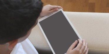bambino con tablet in mano