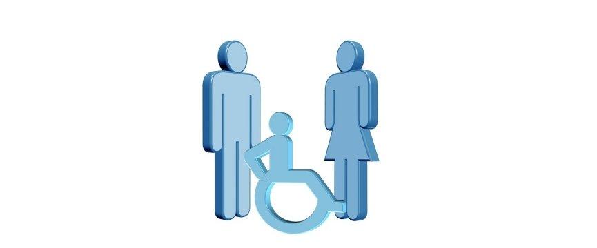 persona con disabilità in mezzo a due persone normodotate
