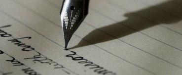 scritte con pennino su carta da lettera