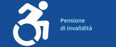 disabile in carrozzina con scritto pensione di invalidità